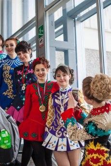 Танцоры в сольных платьях